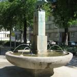 Der Fuchsbrunnen in den Ceciliengärten von 1912 von Max Esser (Bronzeskulptur des Fuchses) und Paul Wolf