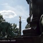 Bismarck-Nationaldenkmal am Großen Stern in Berlin-Tiergarten von Reinhold Begas, Detailansicht mit Siegessäule im Hintergrund