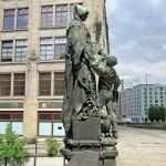 Gertrudendenkmal auf der Gertraudenbrücke in Berlin-Mitte von Rudolf Siemering von 1896, Gesamtansicht
