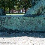 """Denkmal """"Herkules mit dem erymanthischen Eber"""" von Louis Tuaillon in Berlin-Tiergarten, Detailansicht der Künstlersignatur"""
