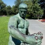 """Denkmal """"Herkules mit dem erymanthischen Eber"""" von Louis Tuaillon in Berlin-Tiergarten, Detailansicht"""