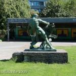 """Denkmal """"Herkules mit dem erymanthischen Eber"""" von Louis Tuaillon in Berlin-Tiergarten, Gesamtansicht aus der Ferne"""