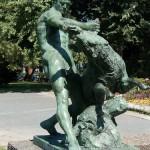 """Denkmal """"Herkules mit dem erymanthischen Eber"""" von Louis Tuaillon in Berlin-Tiergarten, Gesamtansicht"""