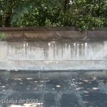 Roon-Denkmal am Großen Stern im Großen Tiergarten in Berlin von Harro Magnussen, Gesamtansicht der hinter dem Denkmal befindlichen Gedenktafel