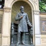 Denkmal Albrecht von Graefe in Berllin-Mitte von 1881, Gesamtansicht der Standfigur