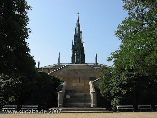 Kreuzberg-Denkmal, Gesamtansicht, von unterhalb des Sockels gesehen