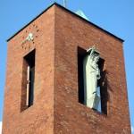 Katholische Kirche St. Bernhard in Berlin-Dahlem von Wilhelm Fahlbusch von 1932 - 1934, Detailansicht von der Turmspitze mit der Skulptur des St. Bernhard