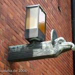 Katholische Kirche St. Bernhard in Berlin-Dahlem von Wilhelm Fahlbusch von 1932 - 1934, Detailansicht der Außenlampe in Form eines Adlerkopfes als Symbol für den Evangelisten Johannes
