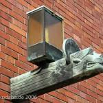 Katholische Kirche St. Bernhard in Berlin-Dahlem von Wilhelm Fahlbusch von 1932 - 1934, Detailansicht der Außenlampe in Form eines Löwenkopfes als Symbol für den Evangelisten Markus
