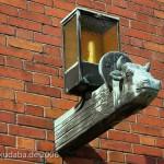 Katholische Kirche St. Bernhard in Berlin-Dahlem von Wilhelm Fahlbusch von 1932 - 1934, Detailansicht der Außenlampe in Form eines Stierkopfes als Symbol für den Evangelisten Lukas