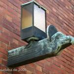 Katholische Kirche St. Bernhard in Berlin-Dahlem von Wilhelm Fahlbusch von 1932 - 1934, Detailansicht der Außenlampe in Form eines Adlerkopfes als Symbol für den Evangelisten Jphannes