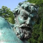 """Bronzeskulptur """"Der seltene Fang"""" von Ernst Herter aus dem Jahre 1896 im Victoriapark in Berlin-Kreuzberg, Detailansicht"""