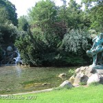 """Bronzeskulptur """"Der seltene Fang"""" von Ernst Herter aus dem Jahre 1896 im Victoriapark in Berlin-Kreuzberg, Fernansicht"""