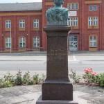 Duncker-Denkmal vor dem Bahnhof Rathenow, Detailansicht mit Büste und Sockel