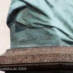 Duncker-Denkmal vor dem Bahnhof Rathenow, Nahaufnahme von der Büste Dunckers mit Künstler-Signetvon Calandrelli