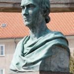 Duncker-Denkmal vor dem Bahnhof Rathenow, Nahaufnahme von der Büste Dunckers von Calandrelli