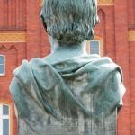 Duncker-Denkmal vor dem Bahnhof Rathenow, Nahaufnahme von der Büste Dunckers von Calandrelli, Rückseite