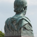 Gesamtansicht des Duncker-Denkmals vor dem Bahnhof Rathenow, Nahaufnahme von der Büste Dunckers von Calandrelli