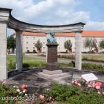 Gesamtansicht des Duncker-Denkmals vor dem Bahnhof Rathenow