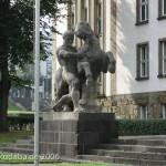 Bundessozialgericht in Kassel, Detailansicht von linker Skulptur