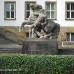 Bundessozialgericht in Kassel, Detailansicht von rechter Skulptur