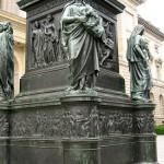 Denkmal Freiherr vom Stein von Hermann Schievelbein in Berlin-Kreuzberg von 1872, Detailansicht vom Sockel