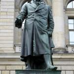 Denkmal Freiherr vom Stein von Hermann Schievelbein in Berlin-Kreuzberg von 1872, Detailansicht der Standfigur