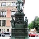 Denkmal Freiherr vom Stein von Hermann Schievelbein in Berlin-Kreuzberg von 1872, Gesamtansicht der Rückseite