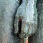 """Skulpturen-Gruppen """"Menschenpaar"""" von Georg Kolbe am Maschsee in Hannover, Detail von der linken Hand der Frau"""