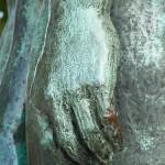 """Skulpturen-Gruppen """"Menschenpaar"""" von Georg Kolbe am Maschsee in Hannover, Detail von der linken Hand des Mannes"""