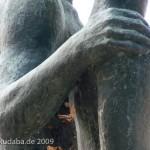 """Skulpturen-Gruppen """"Menschenpaar"""" von Georg Kolbe am Maschsee in Hannover, Detailansicht von der rechten Hand des Mannes auf der rechten Schulter der Frau"""