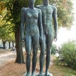 """Skulpturen-Gruppen """"Menschenpaar"""" von Georg Kolbe am Maschsee in Hannover, Vorderansicht"""