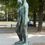 """Skulpturen-Gruppen """"Menschenpaar"""" von Georg Kolbe am Maschsee in Hannover, Seitenansicht"""
