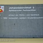 Spätbarockes Fachwerkhaus am Johanniskirchof 3 in Göttingen, erbaut 1785, Informationstafel am Haus