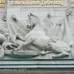Gedenkturm in Großbeeren von 1913, Darstellung eines Pferdes mit Kanonen, Offiziershelm und Heeresbanner