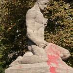 Gefallenen-Denkmal von Eberhard Encke von 1924 in der Baerwaldstrasse in Berlin-Kreuzberg, Gesamtansicht der Skulptur