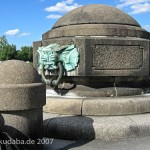 Das Reiterstandbild des Kaiser Wilhelm I. auf dem Deutschen Eck in Koblenz, Detailansicht der Uferbefestigung