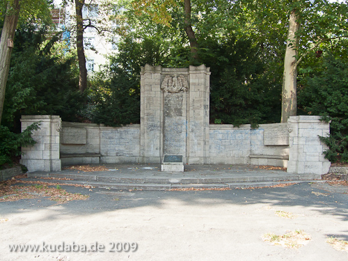 Gefallenendenkmal des Königin-Elisabeth-Garde-Regiments Nr. 3 von Eugen Schmohl von 1925 im Lietzenseepark in Berlin-Charlottenburg, Gesamtansicht