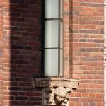 Ullsteinhaus in Berlin-Tempelhof nach Plänen von Eugen Schmohl, 1927 im expressionistischen Stil fertiggestellt, Ansicht der einer Lampe im Eingangsportal unterhalb der Ullstein-Eule