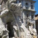 Vierströmebrunnen auf der Piazza Navona in Rom, Ansicht des Sockels mit Palme