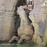 Vierströmebrunnen auf der Piazza Navona in Rom, Ansicht des Sockels mit Pferd