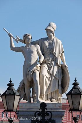 """Die aus weißem Marmor aus Carrara angefertigte Skulptur """"Athena unterrichtet den Jungen im Waffengebrauch"""" auf der Schlossbrücke in Berlin-Mitte stammt Hermann Schievelbein aus dem Jahr 1853."""