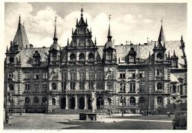 Historische Ansichtskarte mit dem Hauptportal des Neuen Rathauses in Wiesbaden (o. Dat.)
