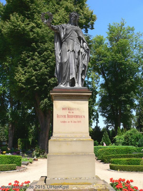 """Freiheitskämpfer-Denkmal in Kirchheimbolanden mit der Figur der """"Trauernden"""" Germania, Bildhauer: Hermann Schies (1836 – 1899)"""