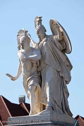 """Diese Skulpturengruppe """"Der junge Held wird von Athena beschützt"""" wurde von Gustav Blaeser 1854 in weißem Marmor geschaffen, die Abbildung zeigt den Zustand der Figur im Juni 2015 nach der Restaurierung 2013."""